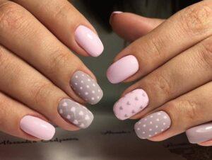 Точечные узоры для лаконичного весеннего дизайна ногтей